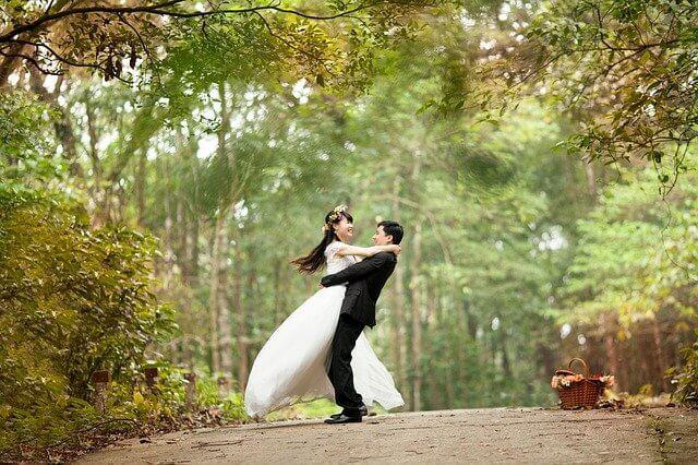 結婚式で抱き合うカップル