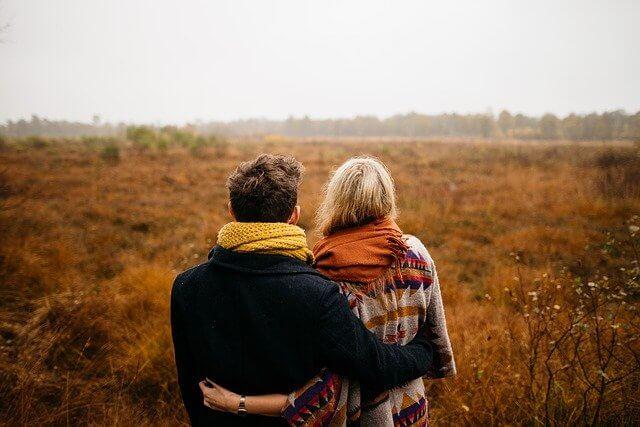 草原を見つめるカップル